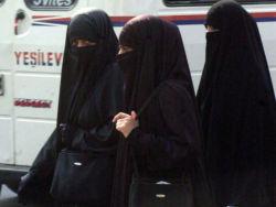 В аэропортах Канады запретили садиться в самолет с прикрытым лицом