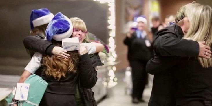 Авиокомпания WestJet и Санта Клаус приятно удивили своих пассажиров