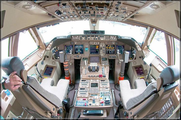 Кабина пилота авиалайнера Boeing 747-8